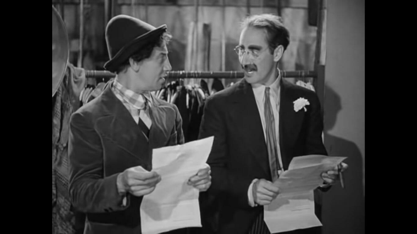 Escena de la película de los hermanos Marx, «Una noche en la ópera» en la que leen un contrato incomprensible.